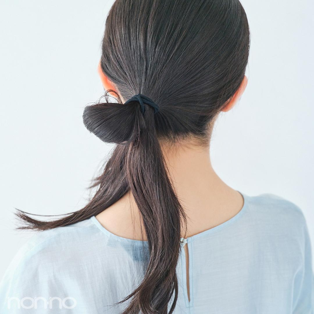 全体をひとまとめにしたら、片側に寄せて輪っか状に結ぶ。残した毛束をふたつに分けておく。