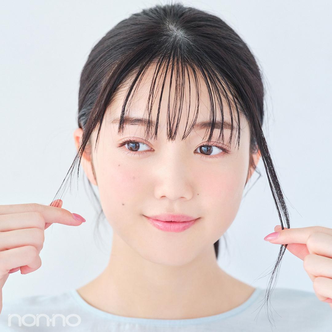 耳前の後れ毛は、あえて左右の毛量を変えるとこなれたムードに。つまみ出しながらヘアワックスをなじませて。