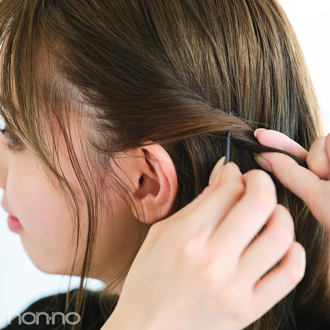 耳上の髪を外方向へねじっていき、毛束の下からピンを挿す。。