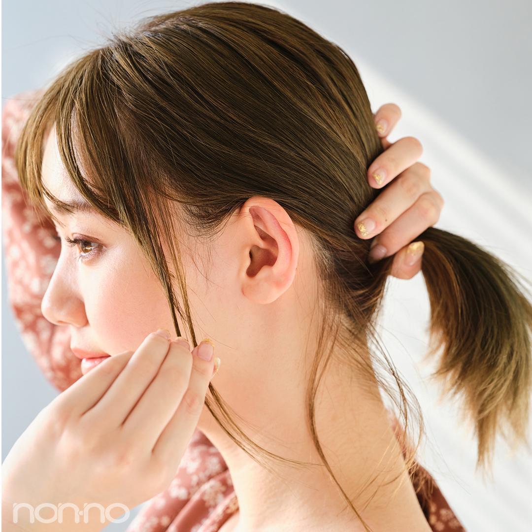 こめかみからも細めに毛束を取って。毛の量が多すぎるとだらしなく見えるので注意を。