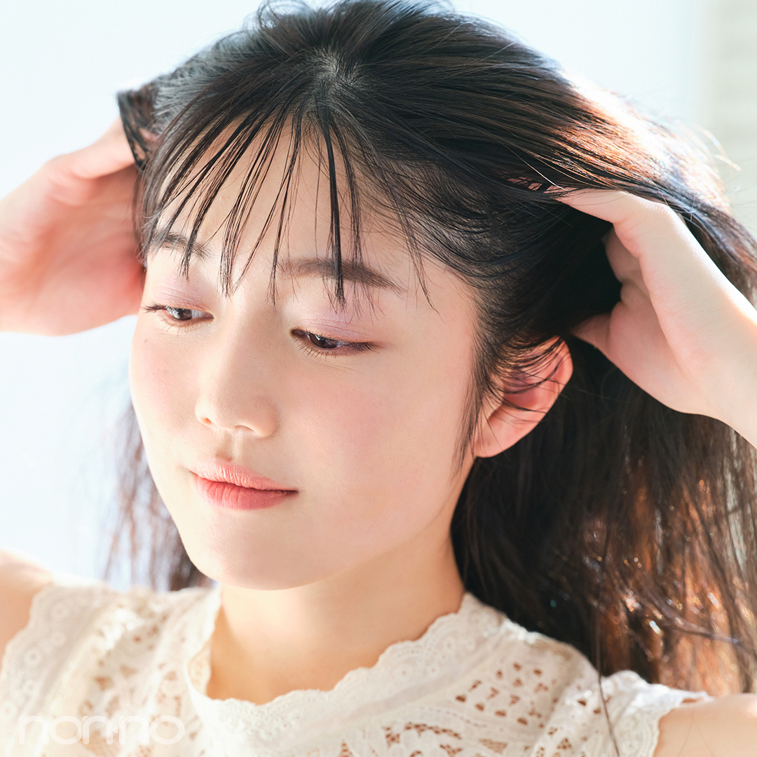 手のひらにヘアワックスを薄くなじませてから、後ろへかき上げるようにまとめてゴムで結ぶ。