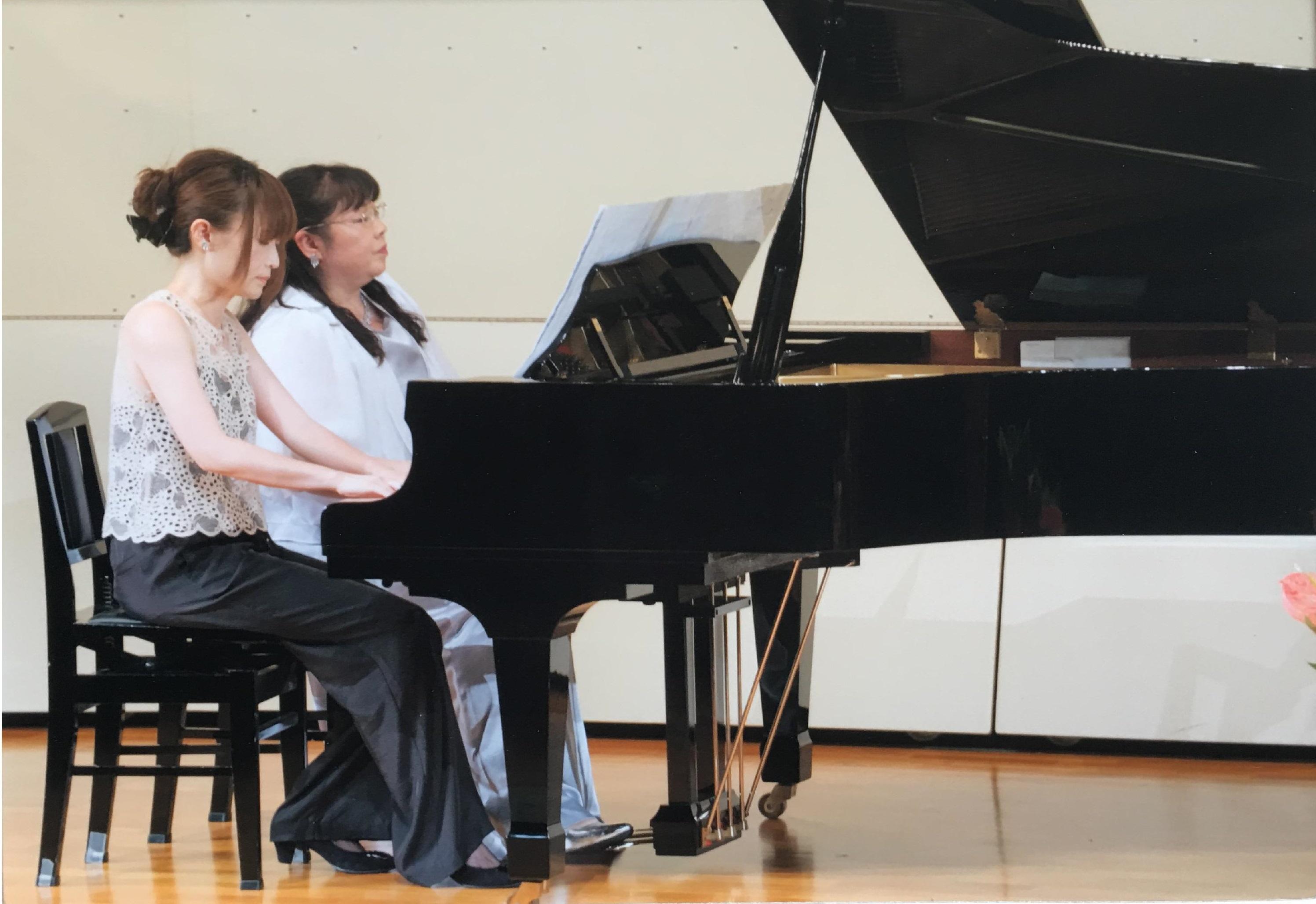 発表会では先生もミューチェとして演奏しました。生徒と一緒に頑張っています。