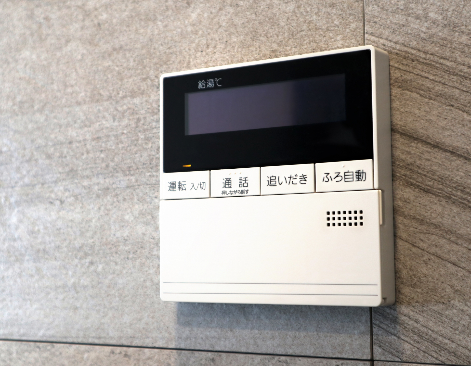 【リモコン工事】お風呂のリモコンは青サビによる接触不良防止のため、端子圧着部にもコーキングを打ちます。