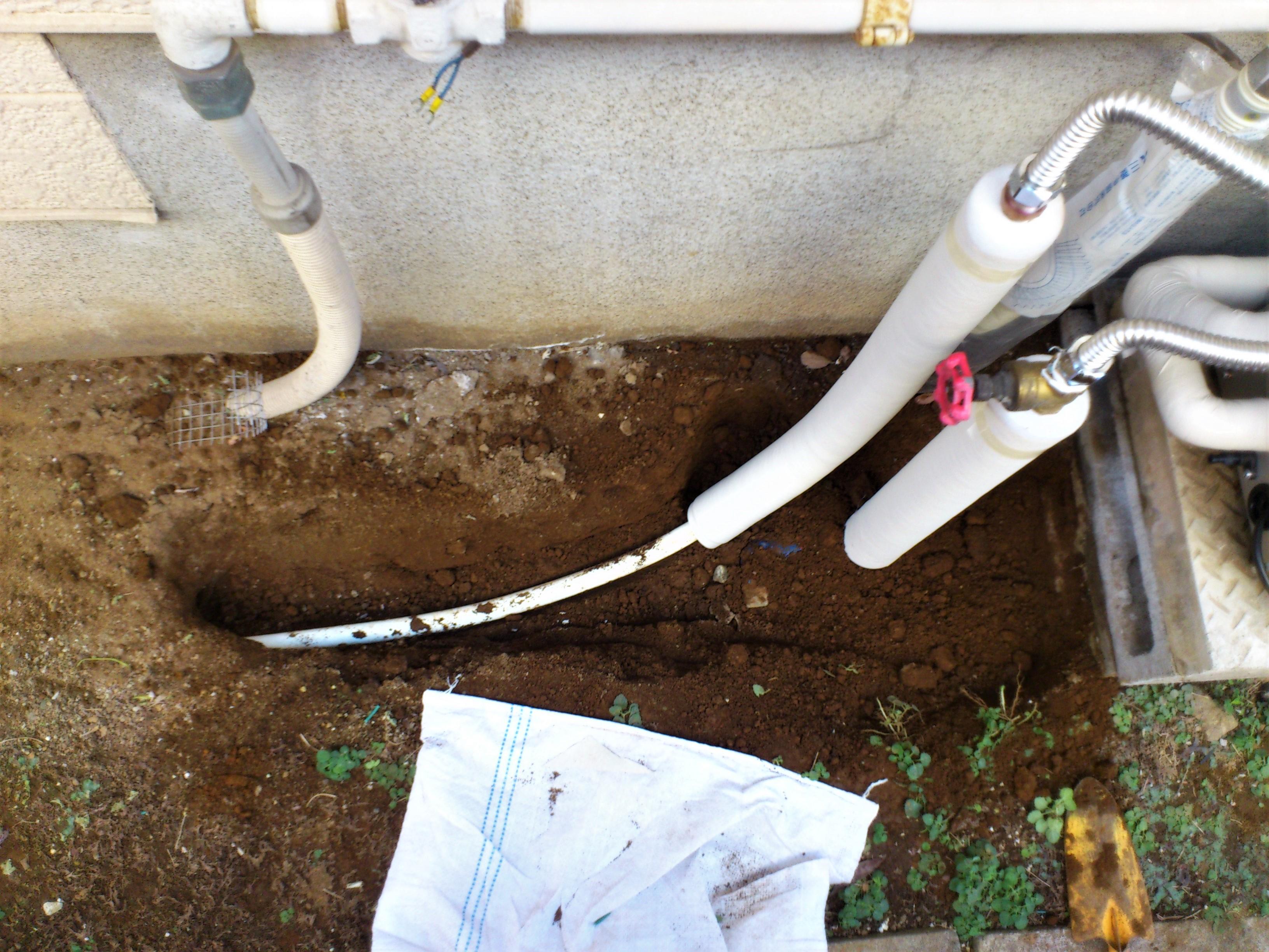 【給水・給湯配管工事】肉厚の保温材で隙間なく保温し、シワ・浮きがないようテープを巻いていきます。