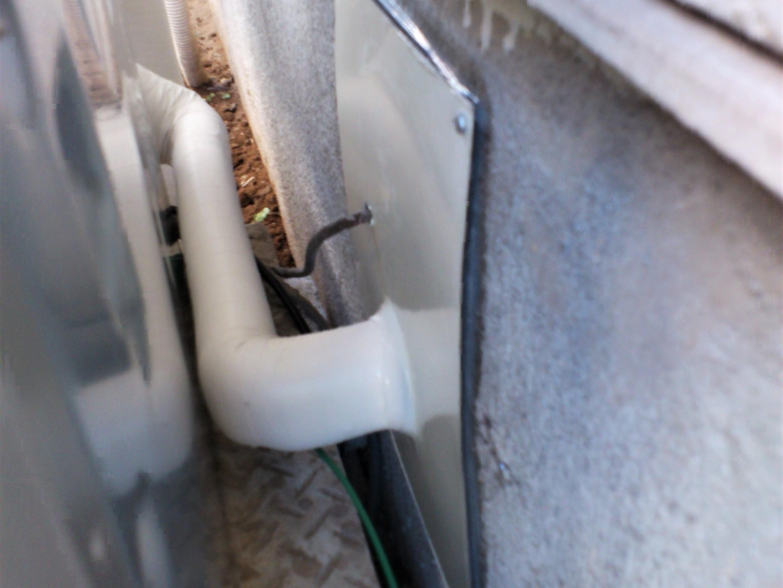 【追い炊き配管】壁貫通部には雨水や虫の侵入がないようしっかりとコーキング。