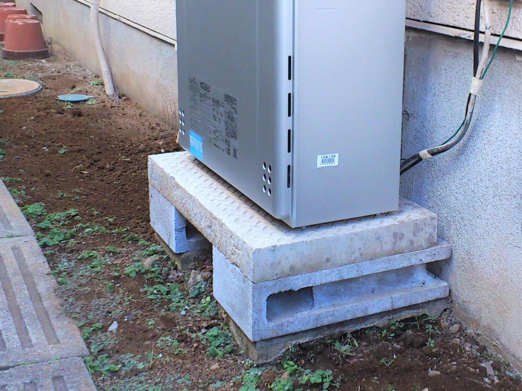 【基礎工事】雨の跳ね返りを防ぐため地盤から30㎜以上離し、給湯器が水平に設置できるようベースを施工します。