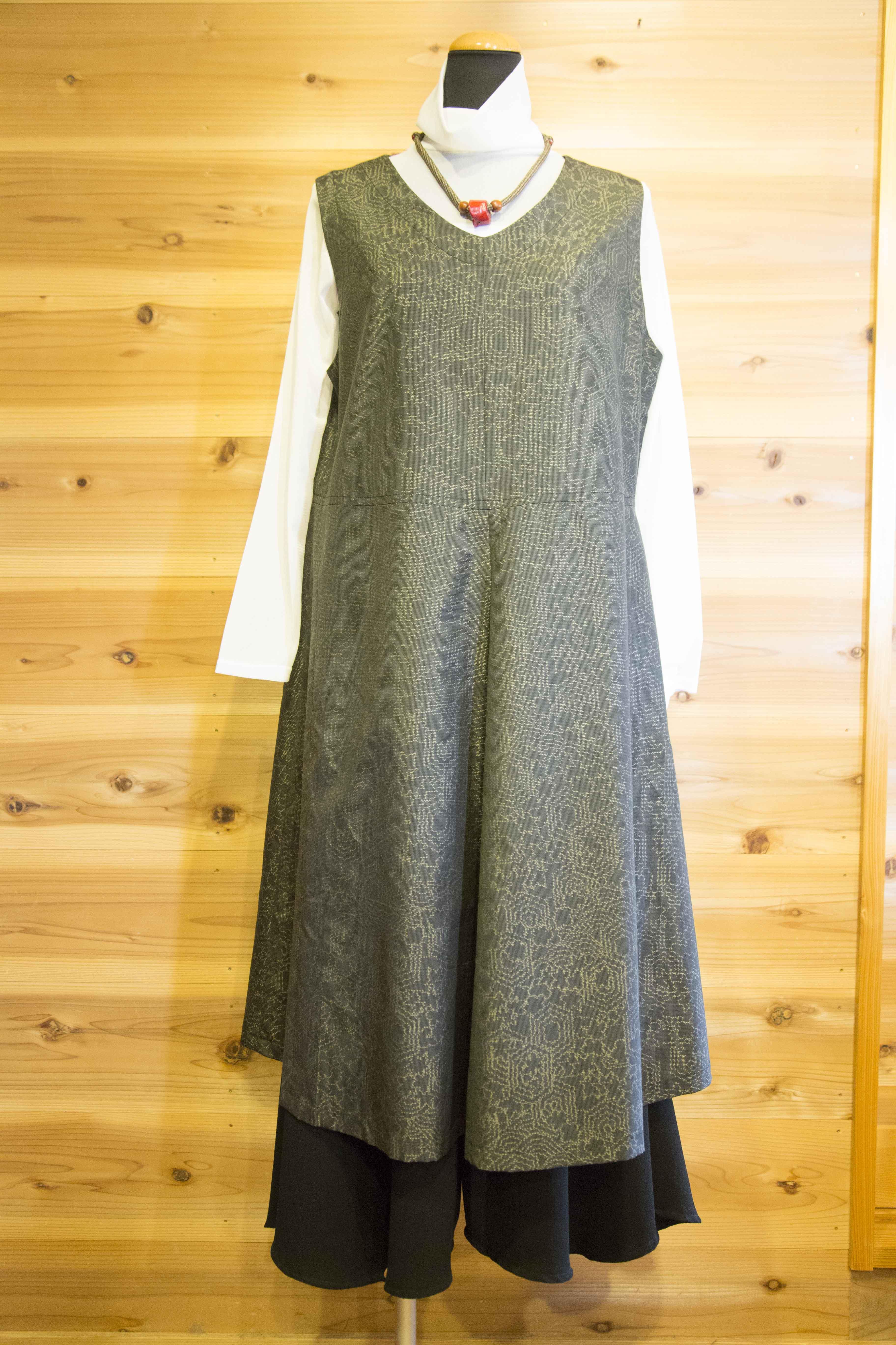 ジャンパースカート/素材:絹(大島)/幾何学模様 15,000円(税込)