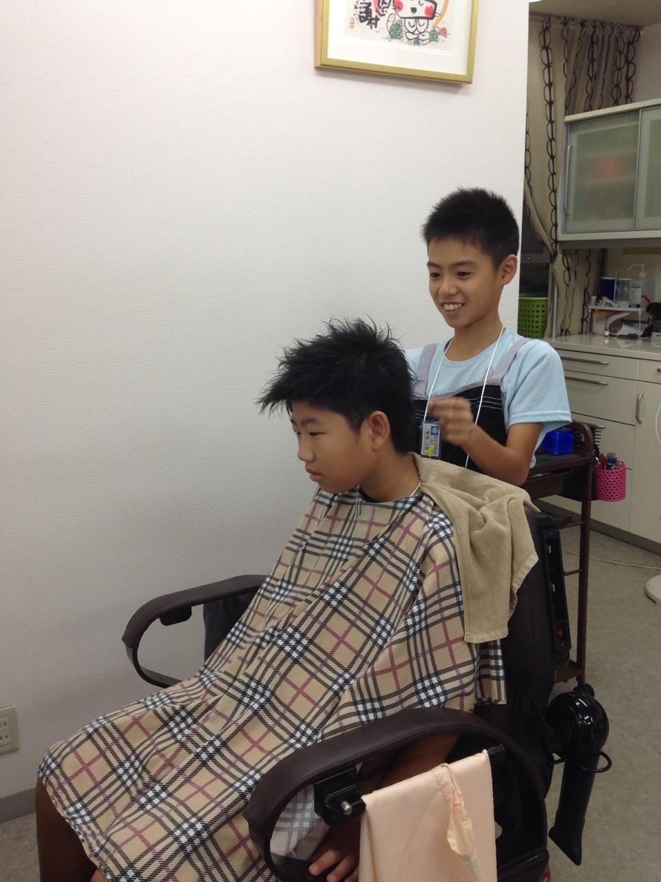 【職場体験中!】生まれて初めて髪の毛を切るんだ~緊張しちゃうな~