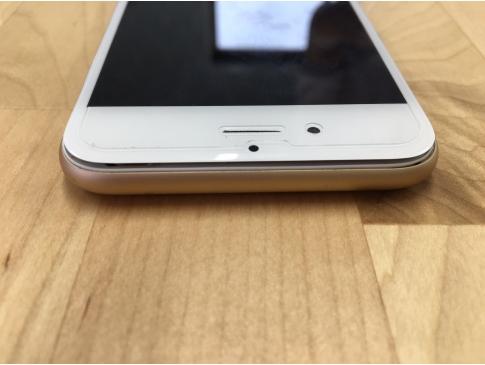 画面が浮いてしまったiPhone6。バッテリーの膨張が原因です。