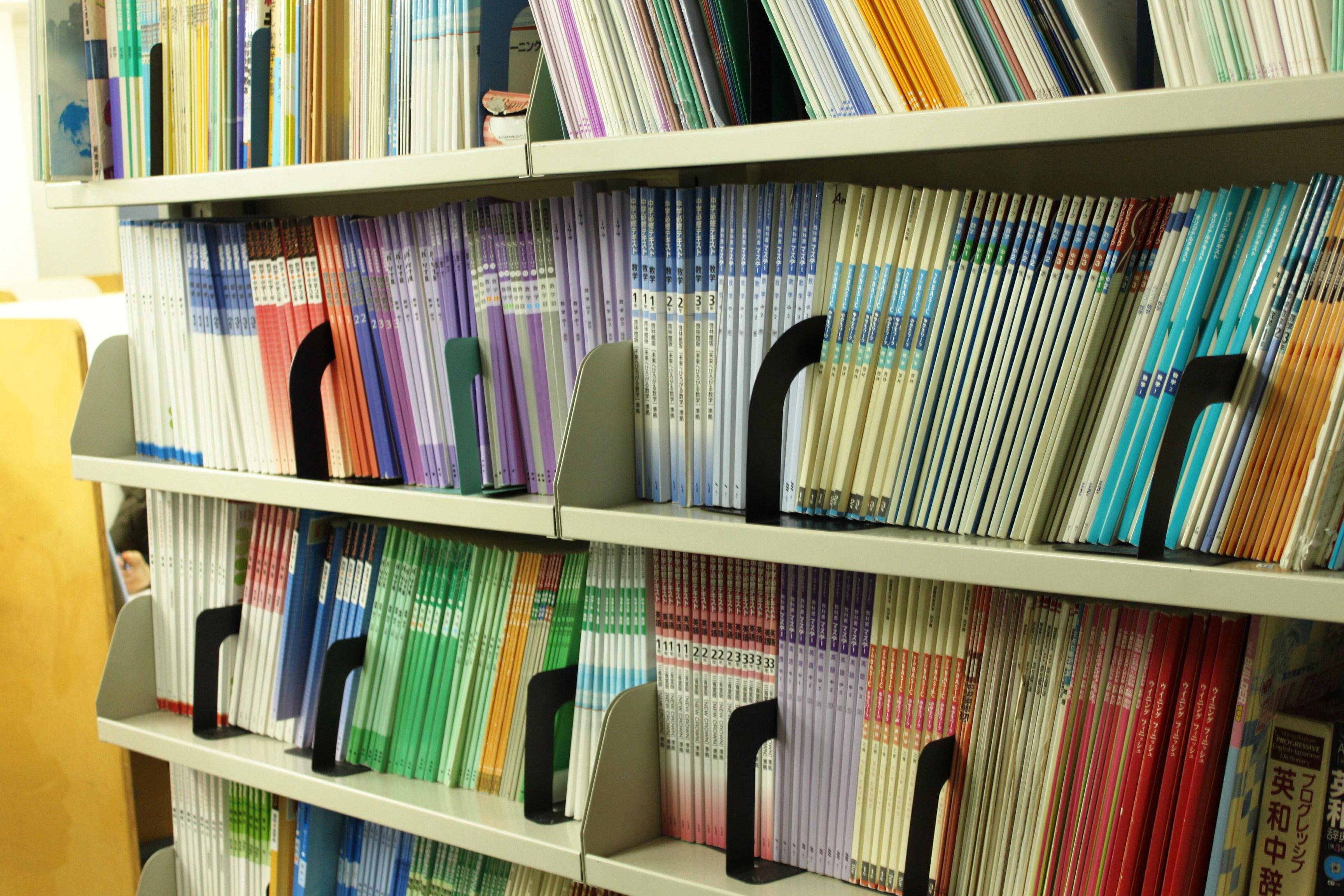 学校の教科書に準拠した教材を年間を通して1冊使用します。