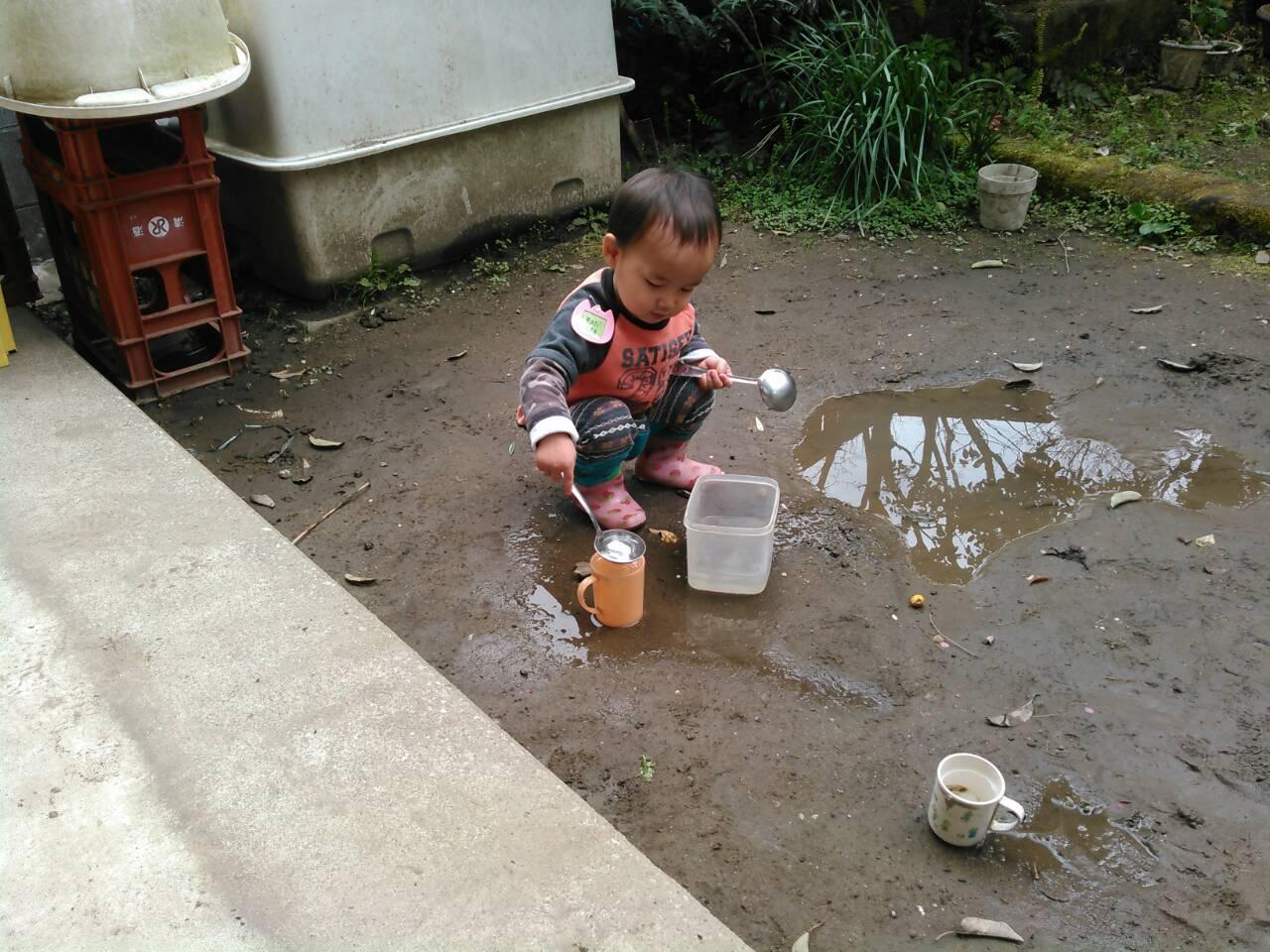 【寺町分館】園庭の水たまりも、立派な遊び場