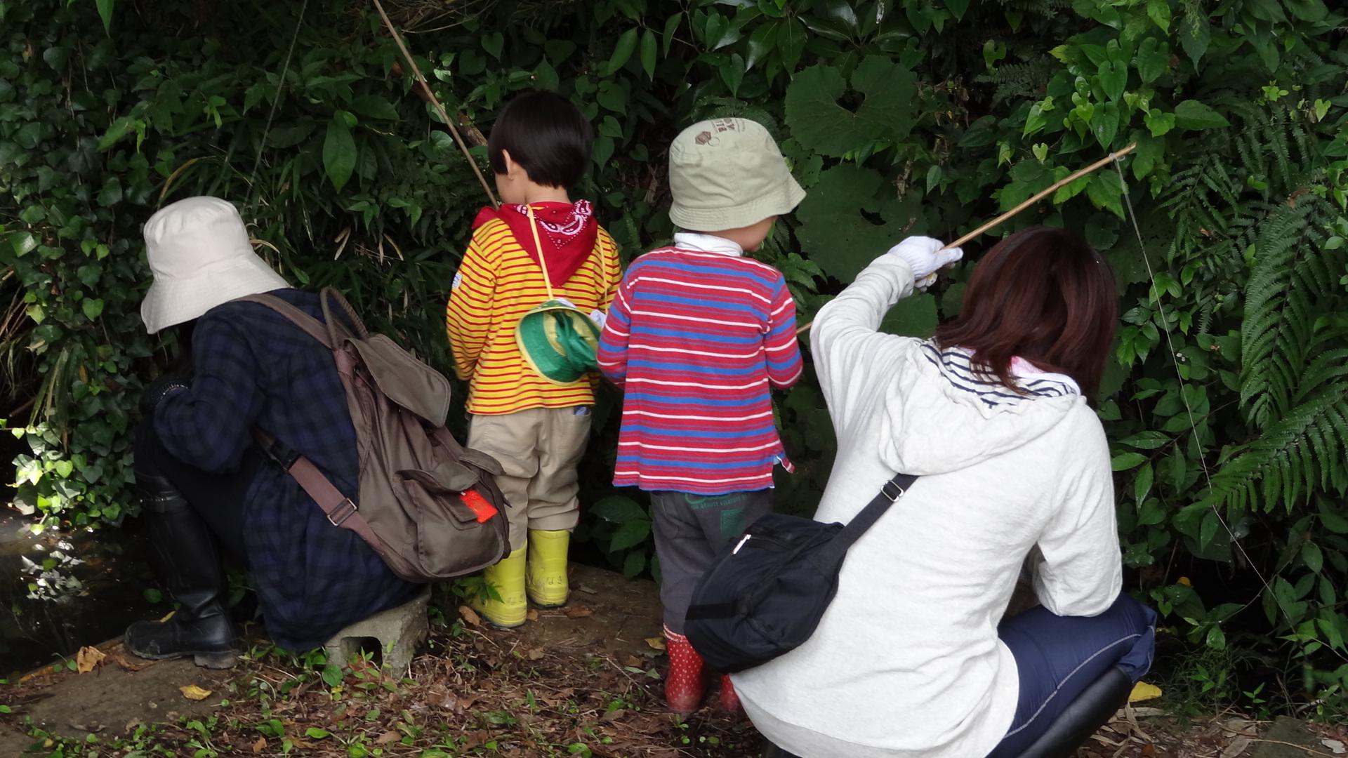 【かくれんぼの森】手作りの釣竿で、何が釣れるかな?