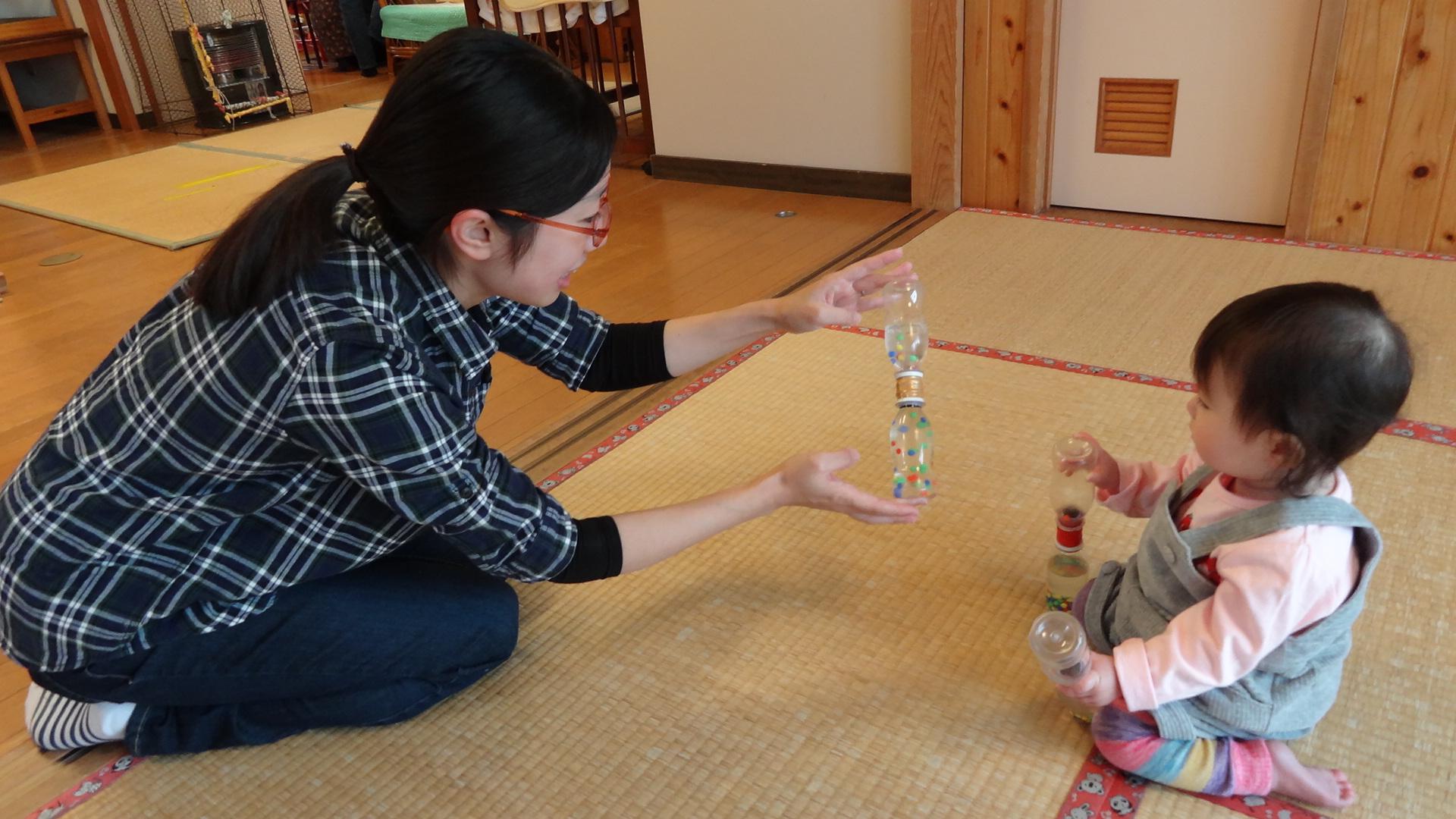 【寺町分館】赤ちゃん興味津々、手作りおもちゃ