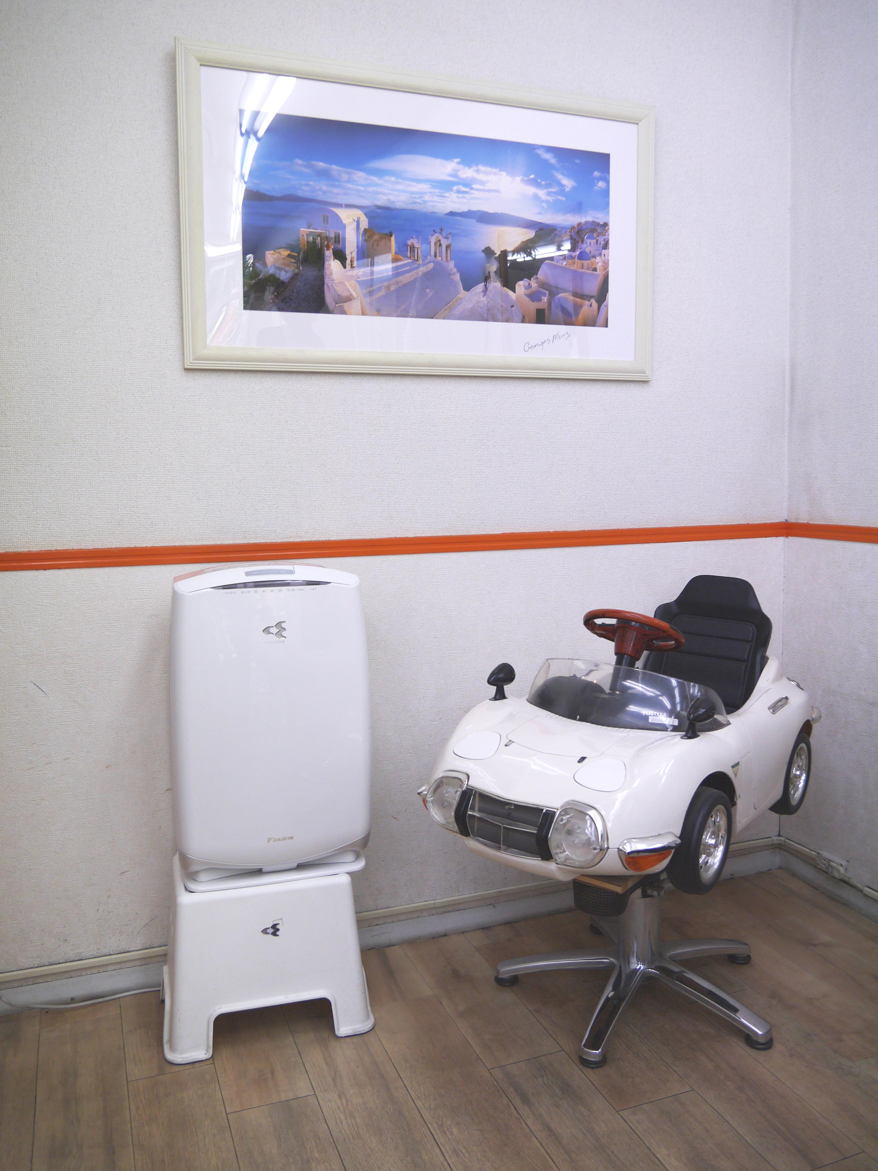 空調設備も完備で、落ち着いた空間に。お子さまは車のシートで楽しくカットも可能です