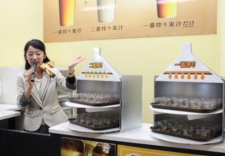 キリンビールの一番搾り麦汁と二番絞り麦汁の違いを説明するツアーガイド