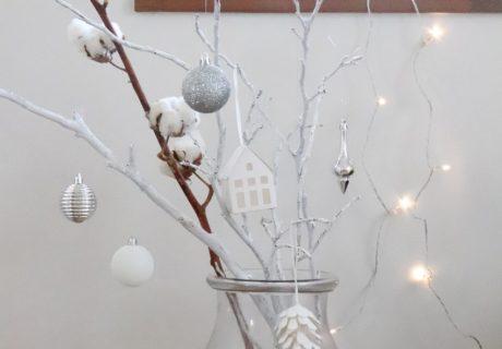 枝をアクリル絵の具で白くペイントして大人っぽく飾ります。