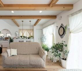 無垢材の床や漆喰の塗り壁ななどの自然素材ときれいな空気に包まれるやすらぎのLDK(千葉県成田市のH様邸)