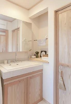 建具や洗面台の扉も天然木仕様。タイルのカウンターとマッチし、カントリーな雰囲気に(千葉県成田市Y様邸 )