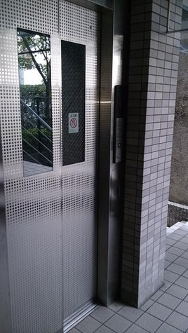 1階エレベーター正面