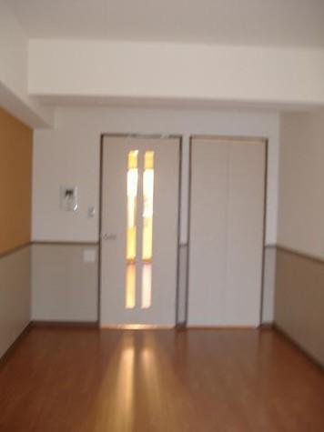 白い壁紙がきれいなお部屋♪