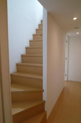 ベッドルームに続く階段