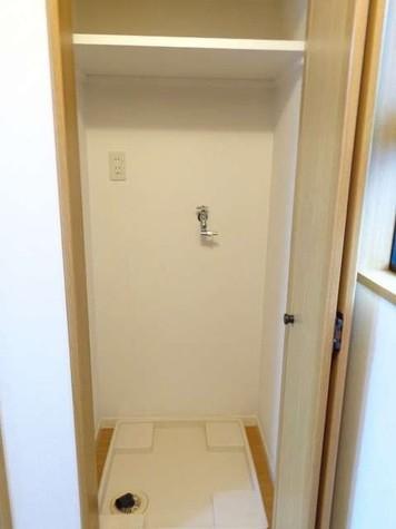 洗濯機置場は棚&扉付き