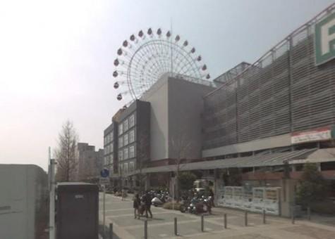 駅前に大観覧車がある新興の街