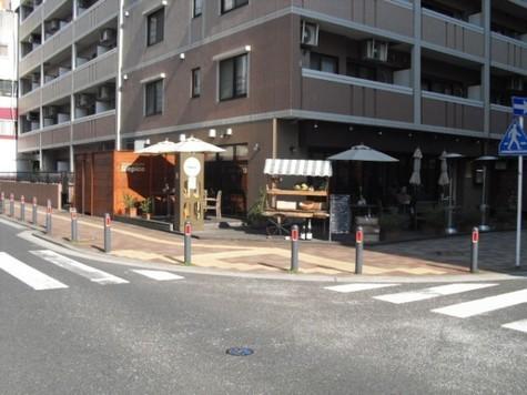 1Fにはオープンカフェ風のフレンチ店
