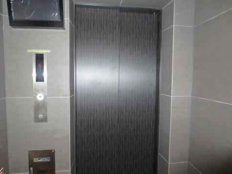 モニター等のセキュリティが付いたエレベーター