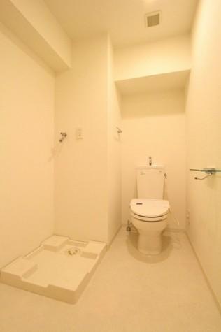 参考写真:トイレ・洗濯機置場(11階・同タイプ)