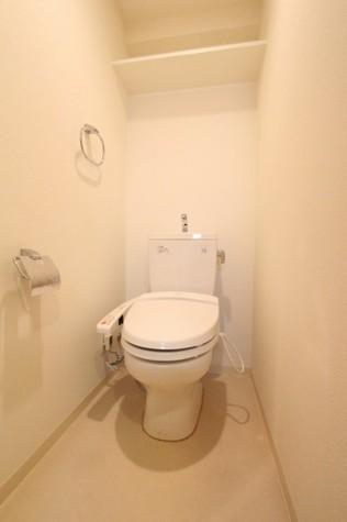 参考写真:トイレ(2階・反転タイプ)