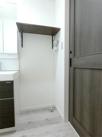 洗濯機置場はオシャレな棚つき!