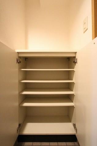参考写真:下足入れ(4階・類似タイプ)