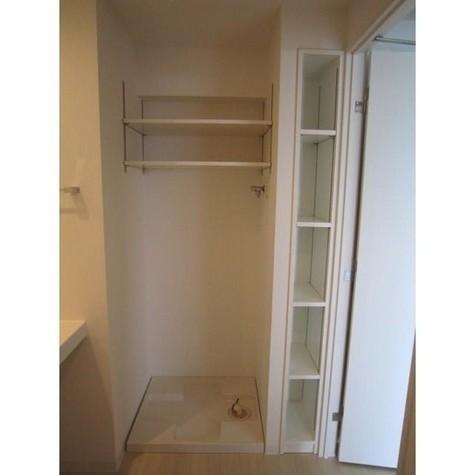 便利な備え付けの収納棚