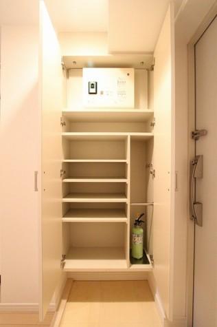 参考写真:下足入れ(10階・反転タイプ)