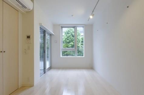 天井、壁、床を白と木目調で統一した清楚な空間♪