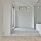 天井、壁、床を白と木目調で統一した清楚な空間