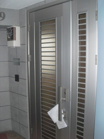 エレベーター降りると玄関です