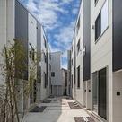 コートヤードを取り囲むように建つ2つの棟がひとつの街を形成
