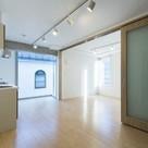 大きな窓が特徴のリビングルーム