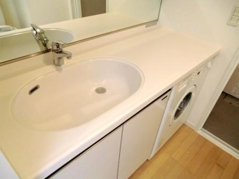 洗濯機付の洗面台。