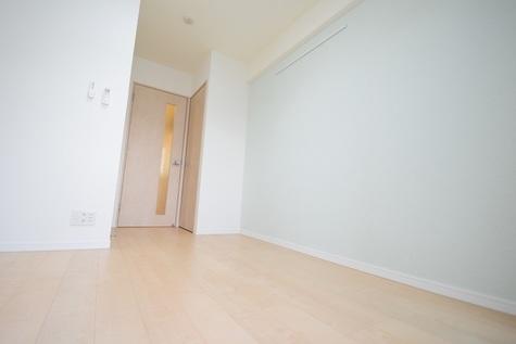 角部屋、ライトグリーンの壁紙で爽やかな印象のお部屋です