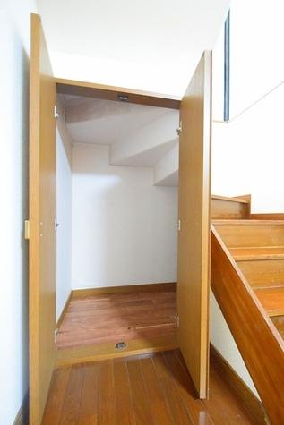 階段下に収納スペースあります♪