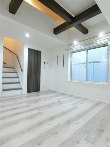 白が基調の明るい室内は、梁(…