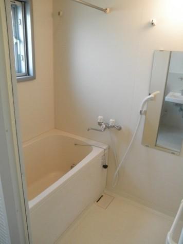お風呂(追焚・浴室乾燥機付き)。窓も有ります