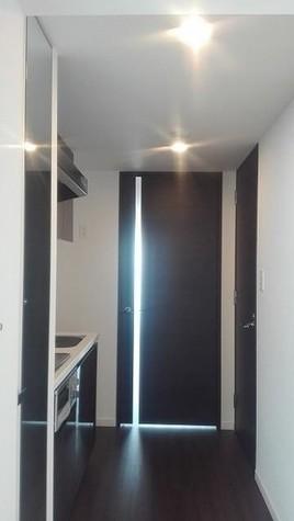 405号室の床材・建具はダー…