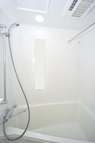 ゆったり入れる浴室です