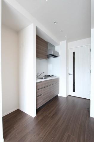 参考写真:通路~キッチン(12階・反転タイプ)