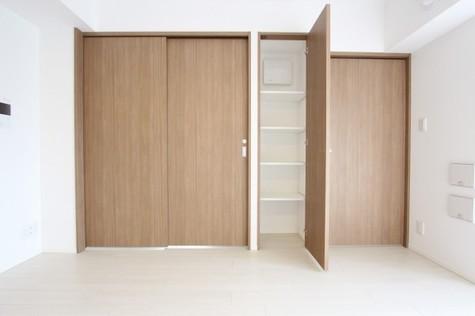 参考写真:各洋室の扉の間の収納(7階・別タイプ)
