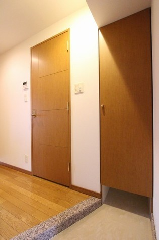 参考写真:玄関(8階・別タイプ)